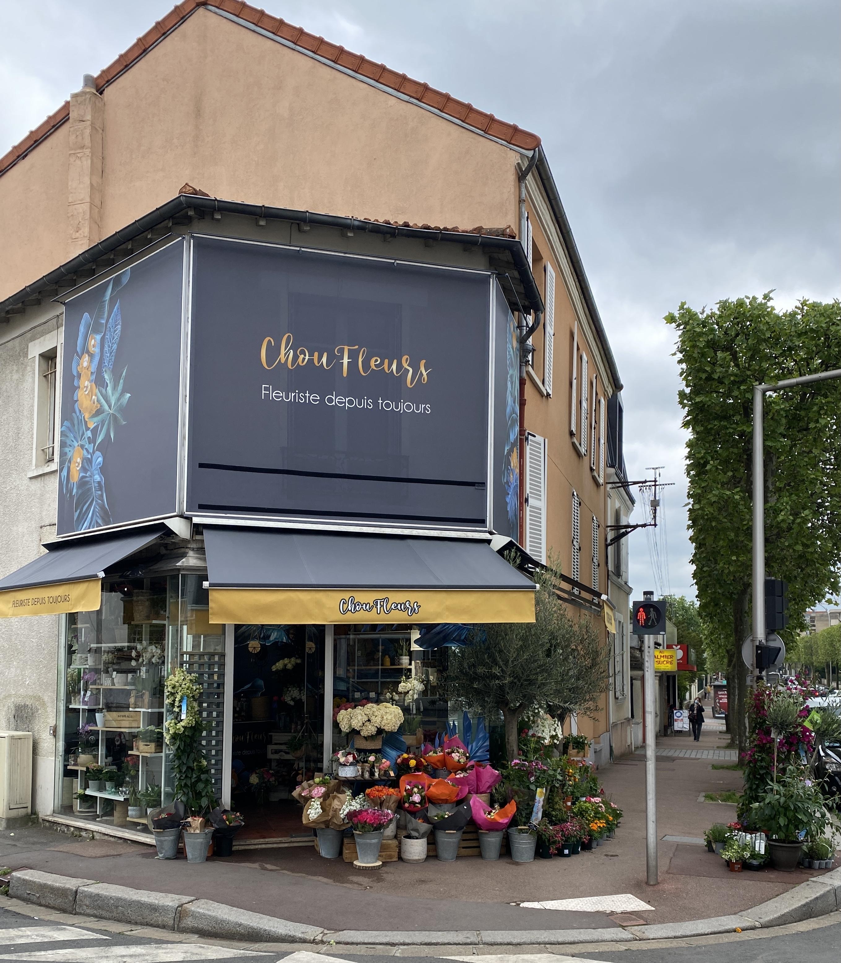 Boutique Choufleurs ouverte avec étalage de fleurs